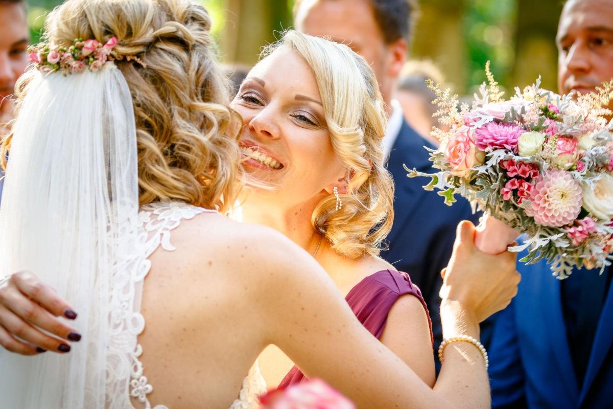 Die Freundin der Braut gratuliert ihr emotional