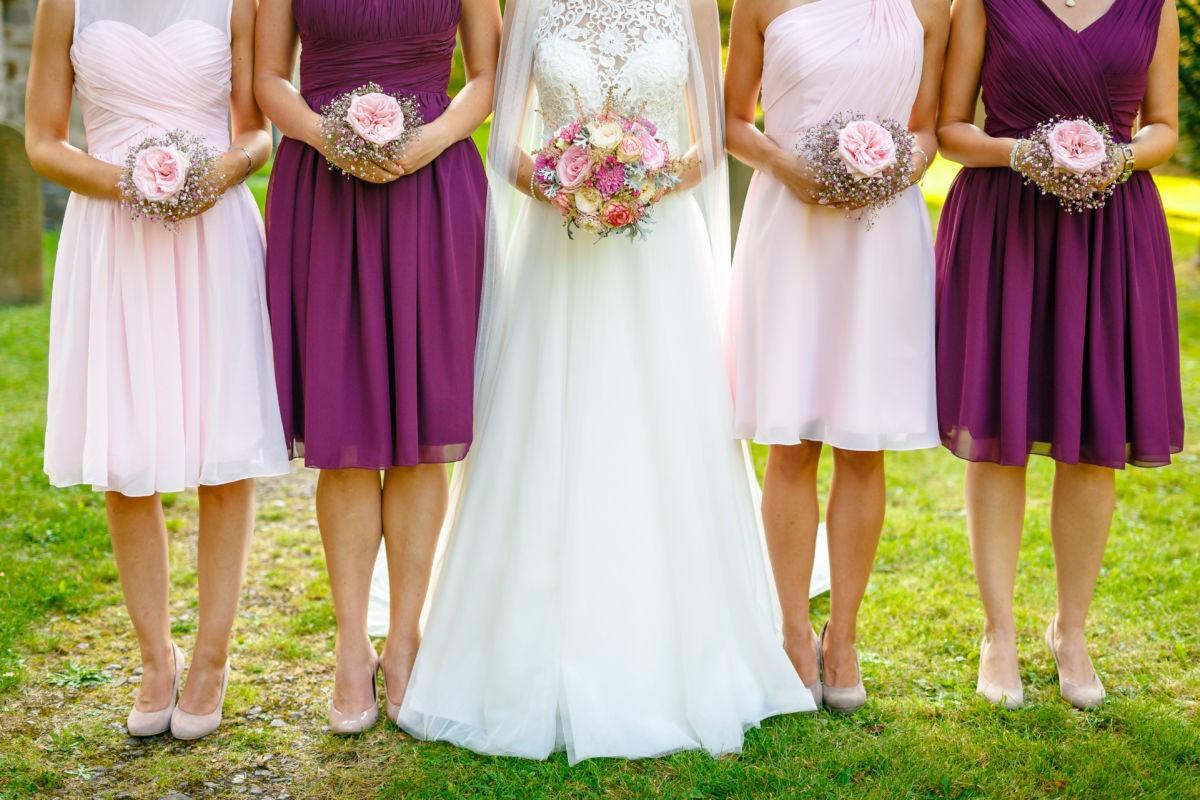 kreatives Bild mit der Braut und ihren besten Freundinnen