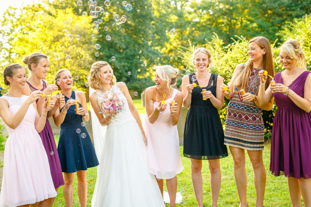 Die Braut in Mitten ihrer liebsten Mädels