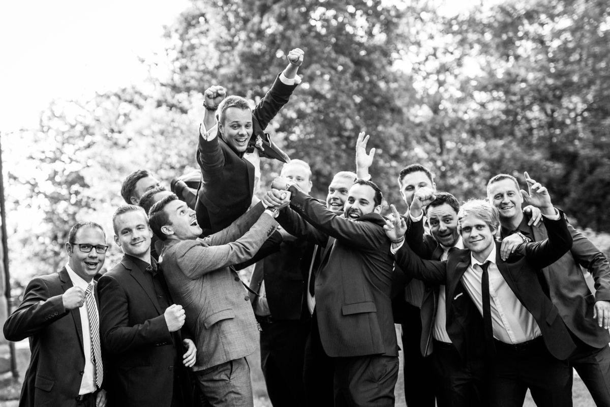 Der Bräutigam wird von seinen besten Freunden in die Lüfte geworfen