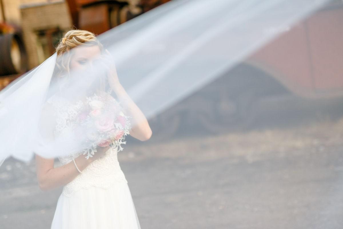 Zu individuellen Hochzeitsfotos gehört auch ein Portrait der Braut