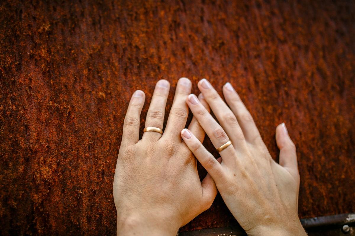 auch die Eheringe werden bei einem Paarshooting in Bochum in Szene gesetzt
