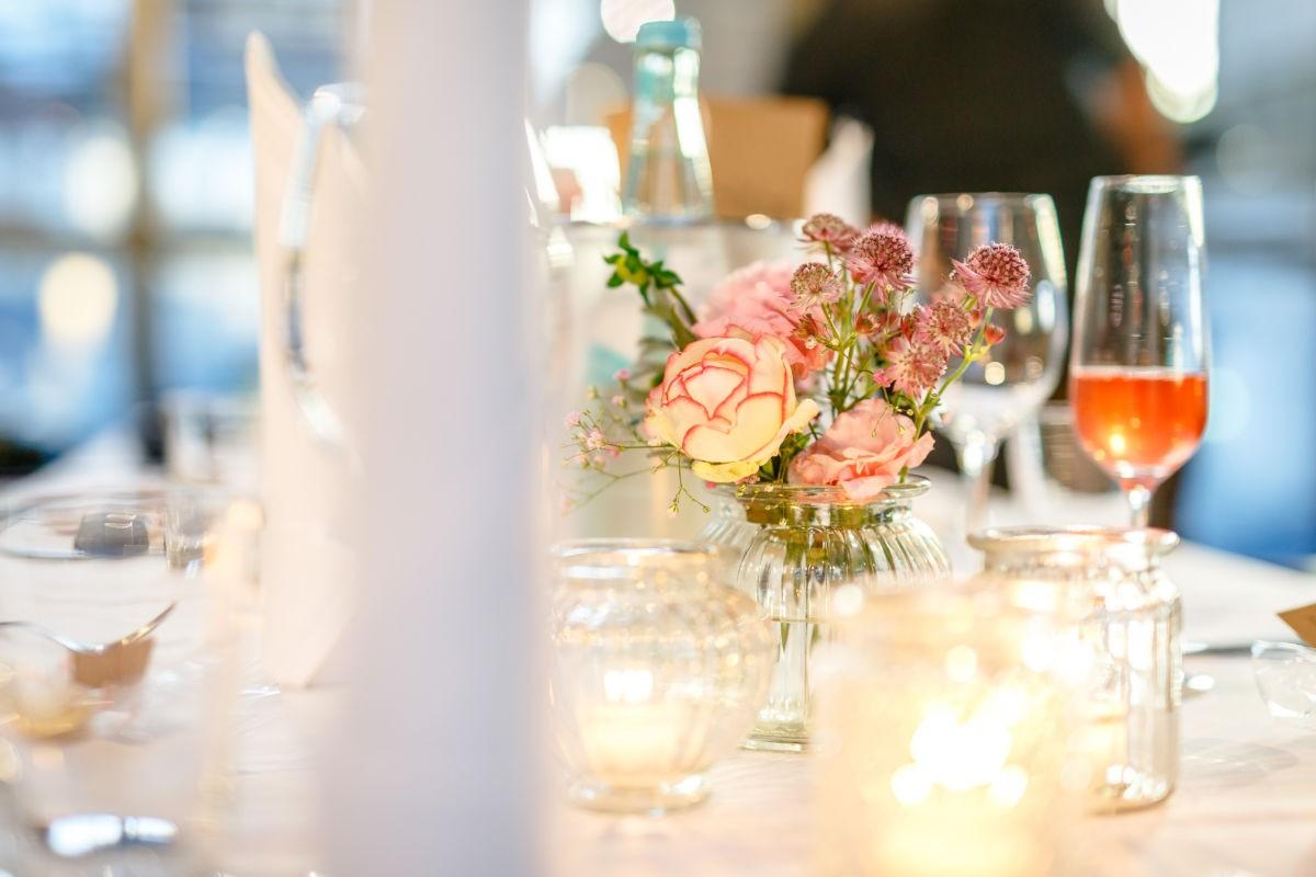 Die Tischdekoration wird bei einer Hochzeitsreportage in Szene gesetzt