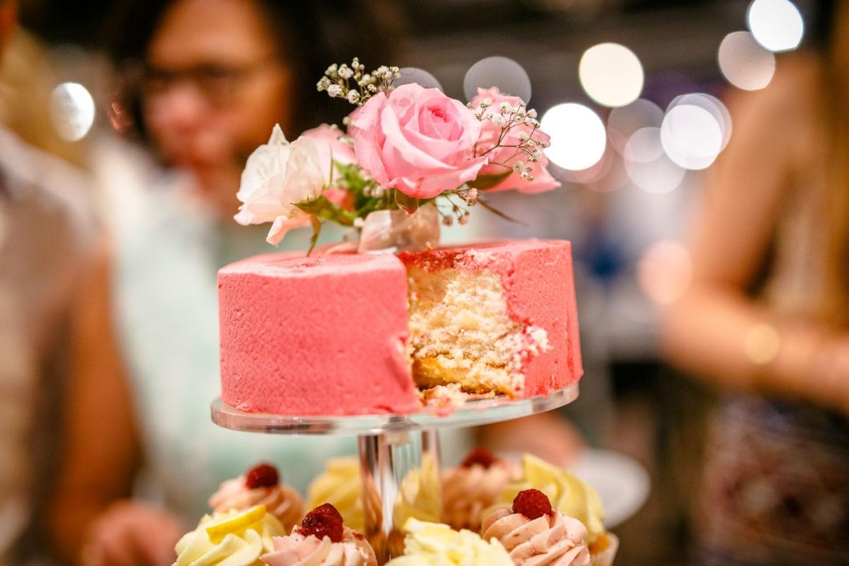 Diese Hochzeitstorte ist in Rosa gehalten und hat echte Blumen