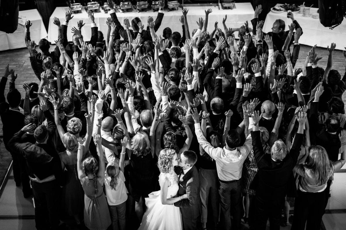 Auch ein Gruppenfoto der gesamten Gesellschaft gehört zu einer Hochzeitsreportage mit dazu, hier in der Henrichshütte in Hattingen