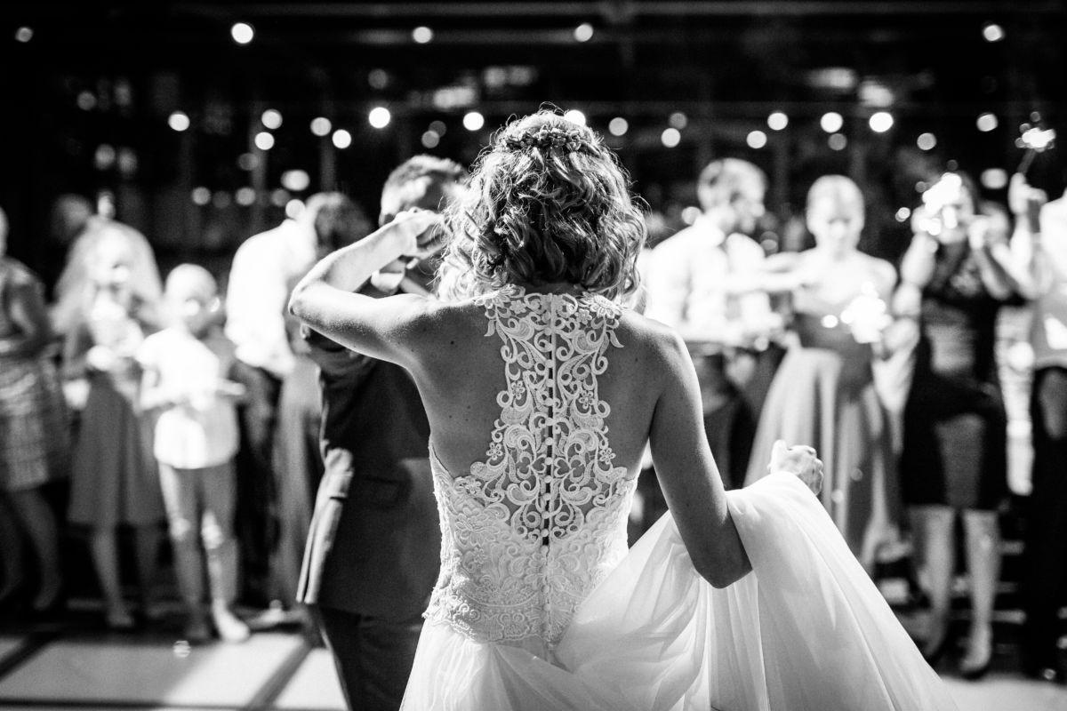 Der erste Tanz ist ein besonders emotionaler Augenblick und verdient es, von einem professionellen Hochzeitsfotografen bildlich festgehalten zu werden