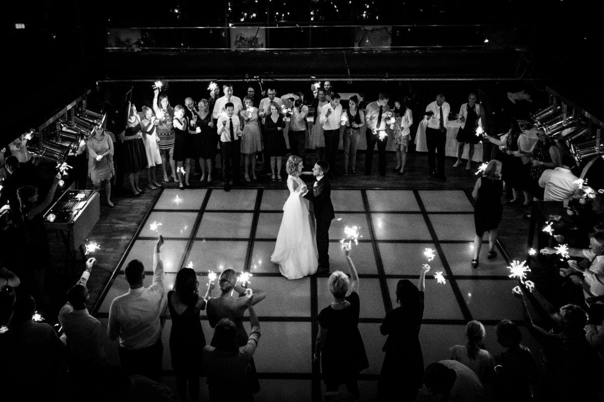 Uas zwei verschiedenen Perspektiven halten wir Hochzeitsfotografen Ruhrgebiet den Hochzeitstanz in unserer Hochzeitsreportage fest