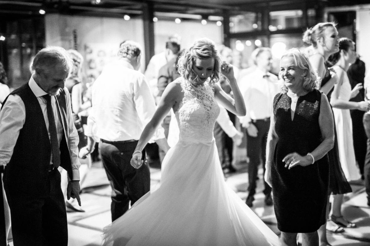 Auch Bilder, auf denen die Braut ganz gelöst ihren Tag genießt gehören zu einer authentischen Hochzeitsfotografie
