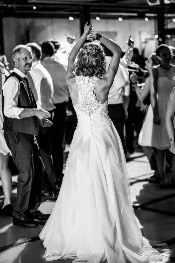 Die Braut feiert ausgelassen ihren großen Tag und wir Hochzeitsfotografen Ruhrgebiet begleiten sie dabei