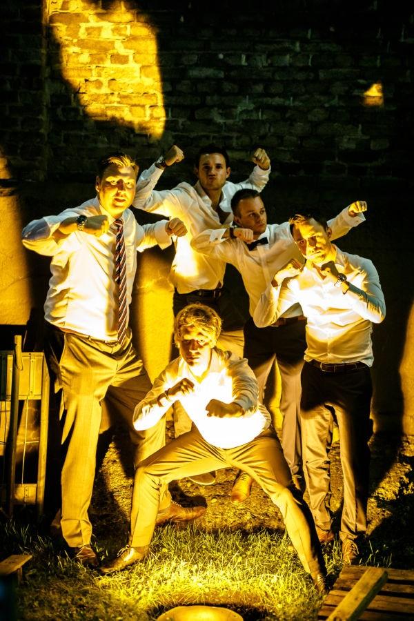 auch besondere Bilder mit den besten Freunden schießen wir Hochzeitsfotografen Hattingen wenn es bereits dunkel draußen ist