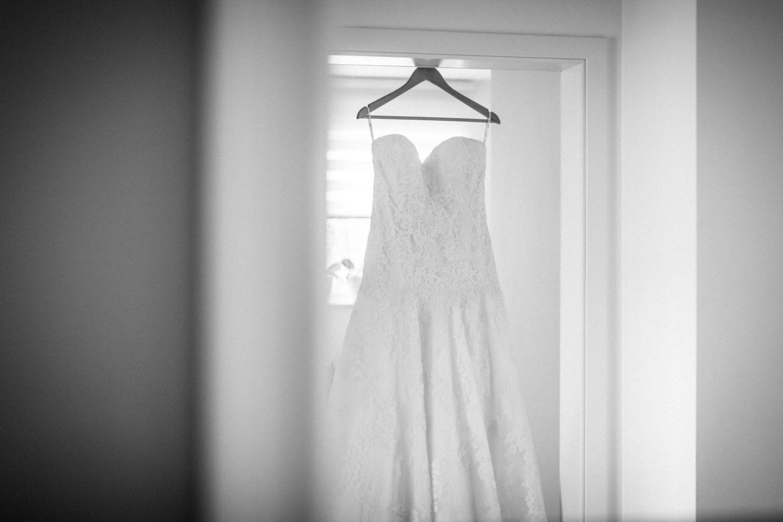 Beim Getting Ready fotografieren wir auch das Brautkleid.
