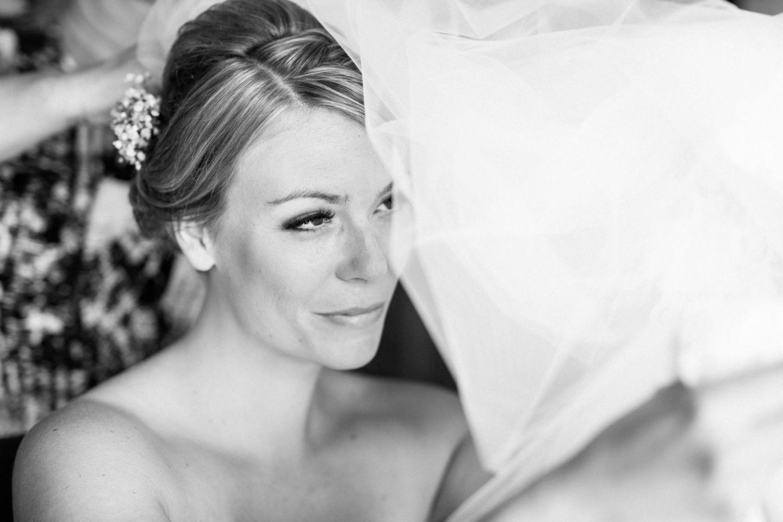 Beim Getting Ready wird der Schleier der Braut in ihre Frisur gesteckt.