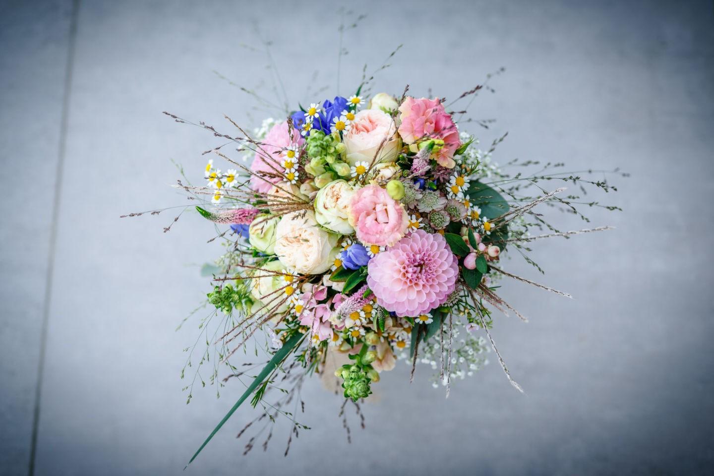 Auch der Brautstrauß wird beim Getting Ready vom Fotografen Solingen fotografiert. Hier ist das Exemplar in rosa und Wiesenblumen gestaltet.