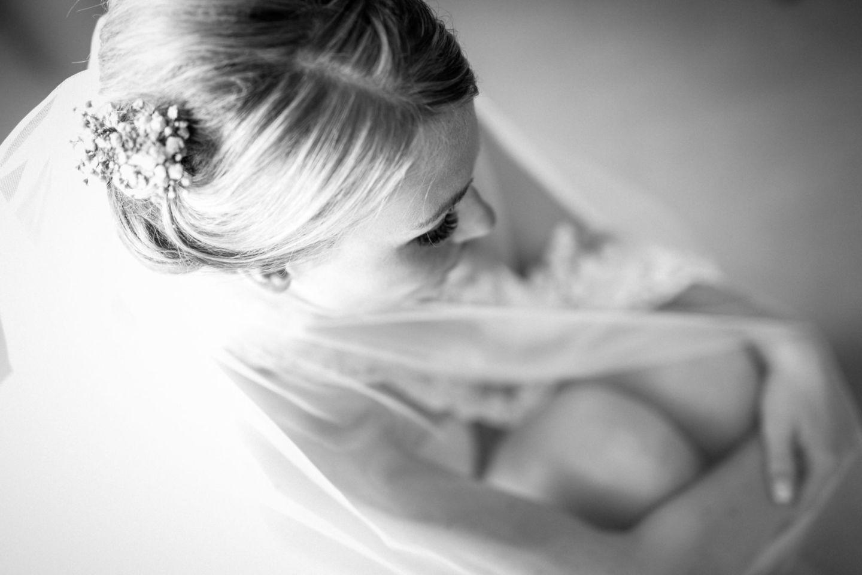 Beim Getting Ready nutzenw ir Hochzeitsfotografen Solingen die Zeit um auch Brautbudoir Bilder zu schießen.