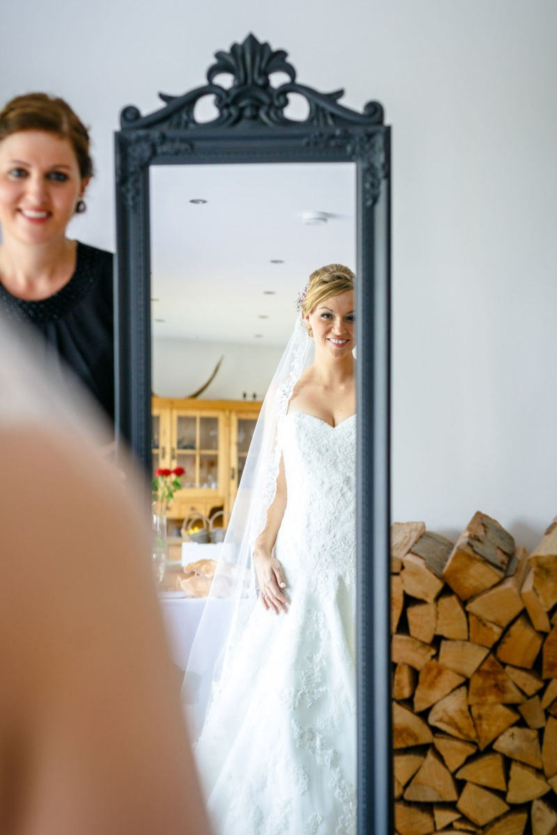 Die Braut sieht sich im Spiegel an