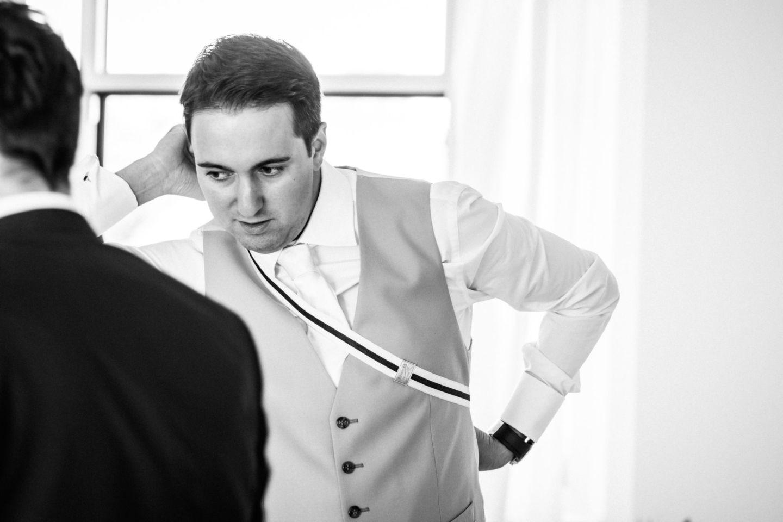 der Bräutigam macht sich für seine Hochzeit zurecht.