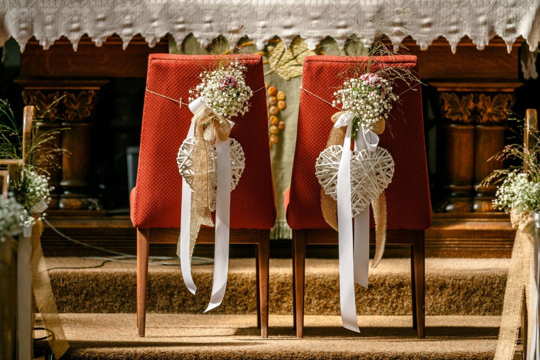 an den Stuhllehnen sind Blumen und Herzen befestigt