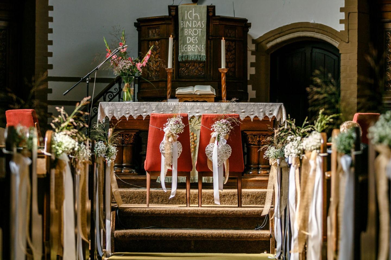 die Bänke und Stühle in der Kirche sind mir Bändern und Blumen geschmückt