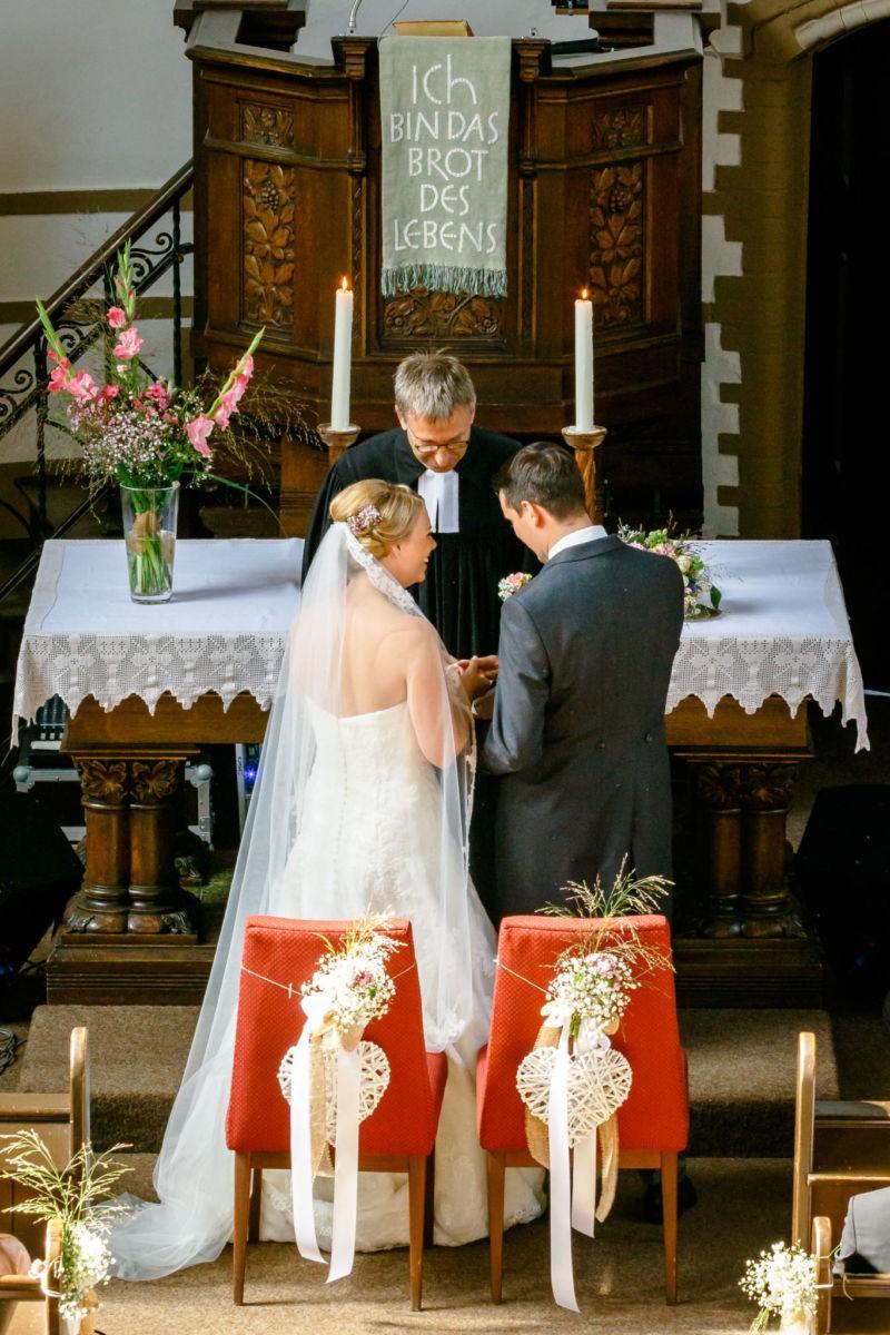 Der Pfarrer segnen das Brautpaar
