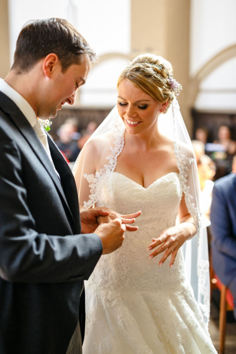 Braut und Bräutigam tauschen die Eheringe bei ihrer Hochzeit in Solingen