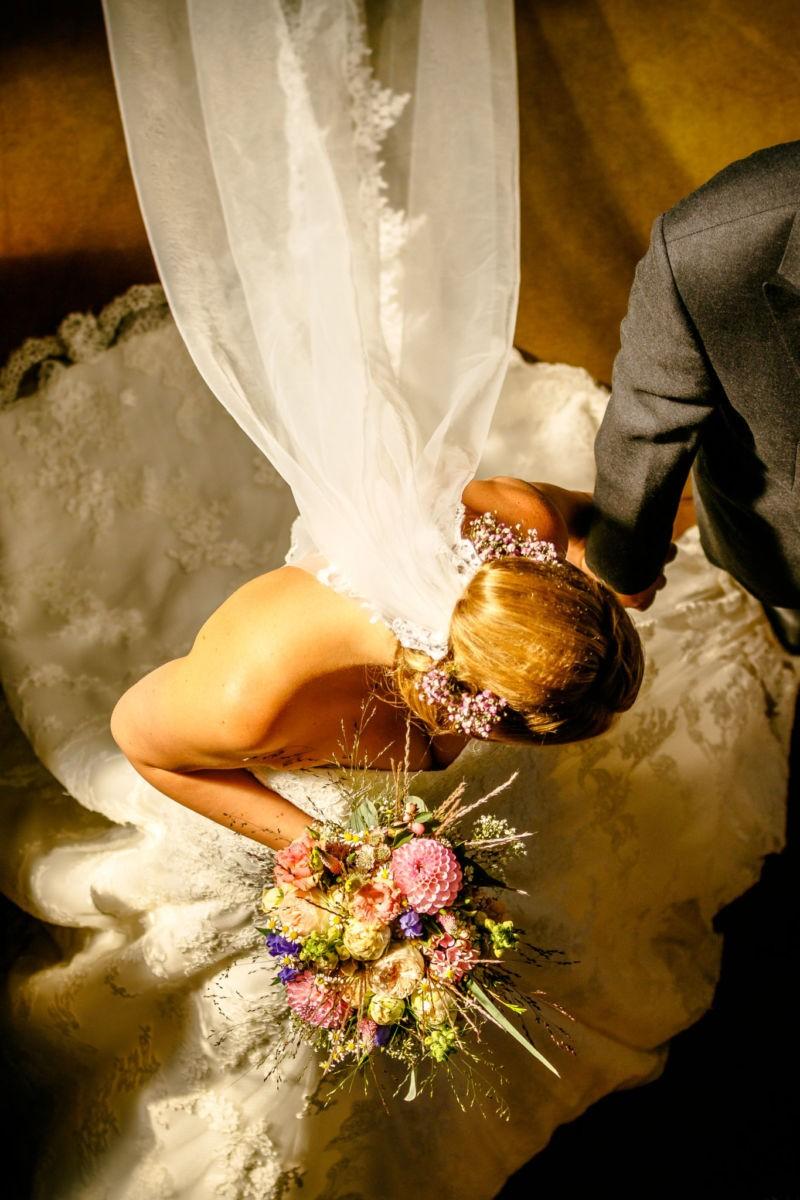 Die Braut wurde beim Ausmarsch aus der Kirche von Oben herab fotografiert