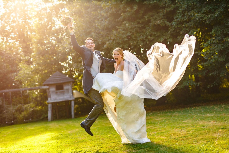 Braut und Bräutigam springen in die Luft