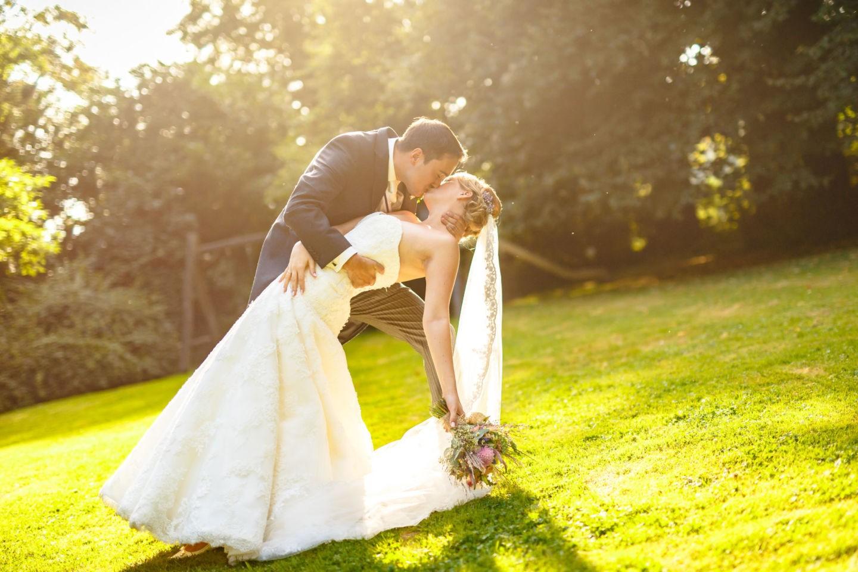 Braut und Bräutigam küssen sich leidenschaftlich