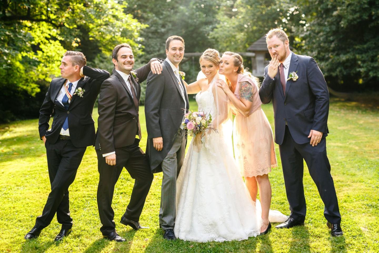 Das Brautpaar steht umgeben von den Trauzeugen, alle machen lustige Posen