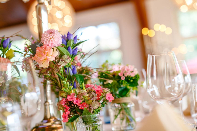 Hochzeitsdekoration mit Wiesenblumen in rosa