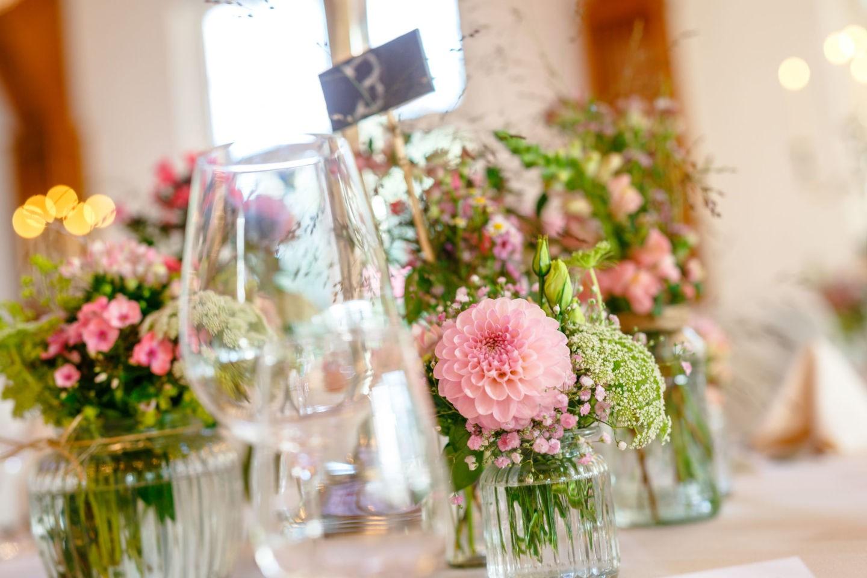 Auch die Tischdekoration hält der Hochzeitsfotograf Solingen fest