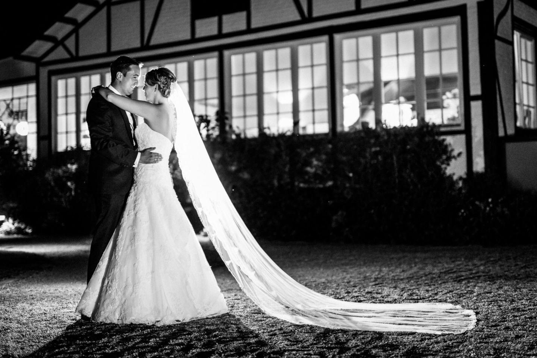 Wenn es draußen dunkel geworden ist nehmen wir Hochzeitsfotograf Mettmann das Brautpaar mit hinaus und inszenieren es im Gegenlicht