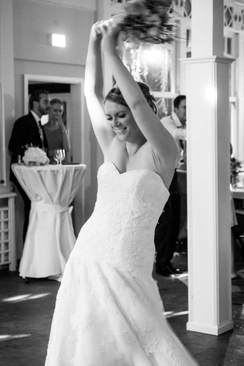 Die Braut wirft ihren Brautstrauß hinter sich
