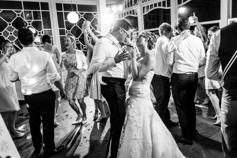 Das Brautpaar tanzt ausgelassen mit seinen Gästen