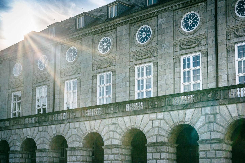 Die Sonne strahlt auf das Standesamt in Mülheim