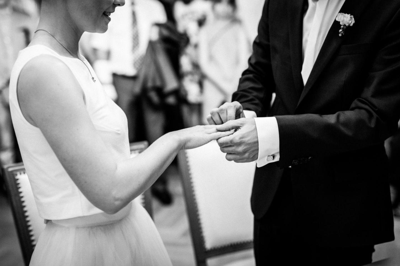 Das Brautpaar tauscht die Ringe im Standesamt