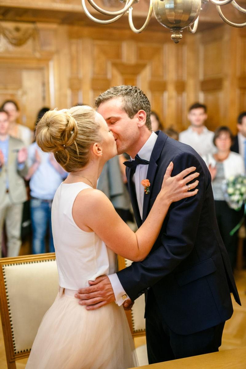 Der Hochzeitsfotograf Mülheim fotografiert den Hochzeitskuss des Brautpaares in Mülheim an der Ruhr
