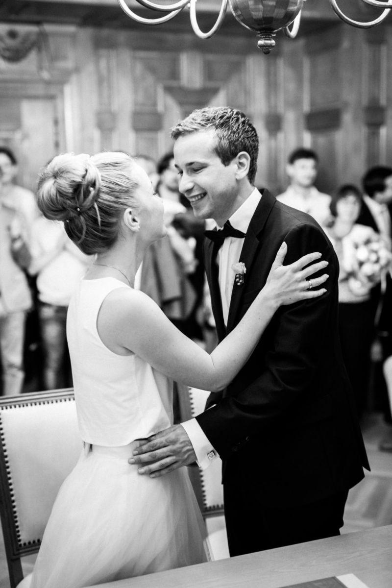 Das Brautpaar im Standesamt ist nun frisch verheiratet und strahlt über das ganze Gesicht