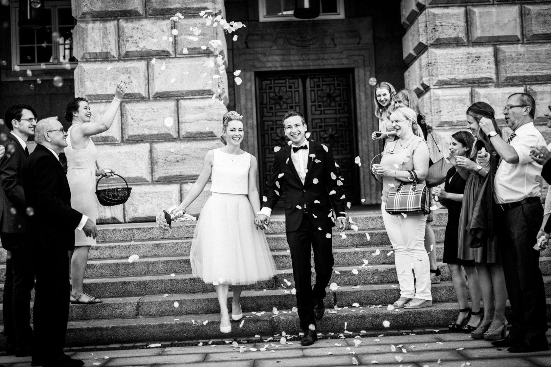 Die Gäste erwarten das Brautpaar mit Blumen und Seifenblasen vor dem Standesamt