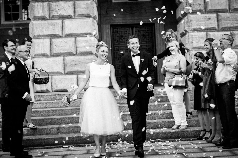 Die Gäste empfangen das Brautpaar vor dem Standesamt in Mülheim an der Ruhr mit Blütenblättern und Seifenblasen