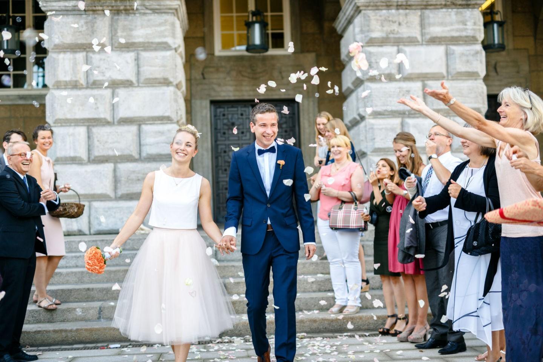 Als Nochzeitsfotograf NRW fotografieren wir das Brautpaar in Mülheim, wie es aus dem Standesamt kommt