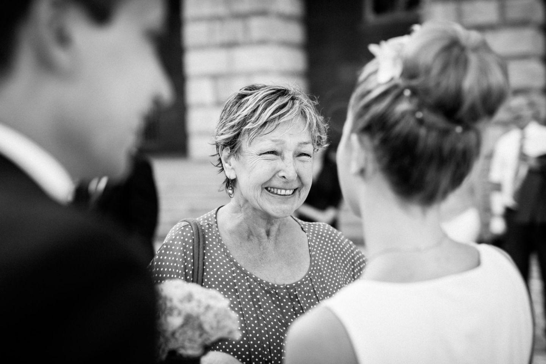 Als Hochzeitsfotograf NRW begleiten wir eure Hochzeit und schießen viele emotionale Augenblicke, wie die Gratulation vor dem Standesamt