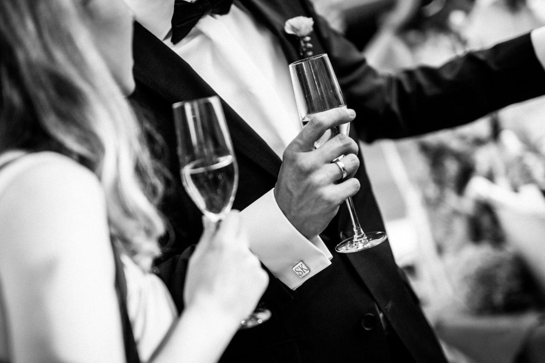 Der Bräutigam stößt vor dem Standesamt in NRW mit Sekt an
