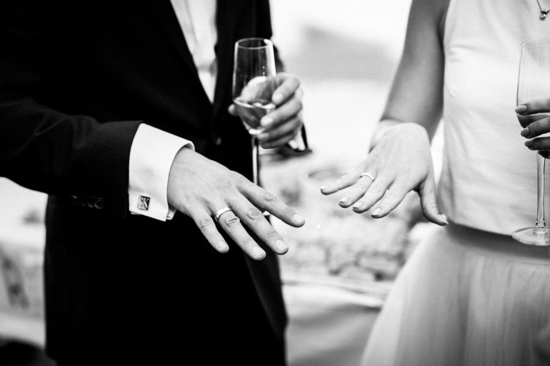 Das frisch vermählte Brautpaar zeigt stolz seine Eheringe nach der standesamtlichen Trauung in NRW