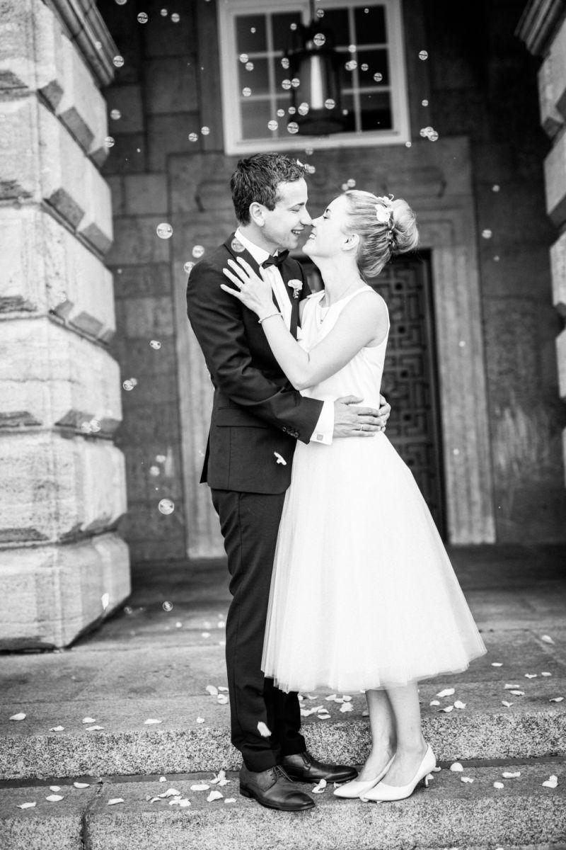 Das Brautpaar küsst sich vor dem Standesamt in Mülheim an der Ruhr
