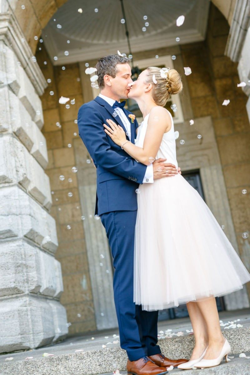 Hochzeits´foto vor dem Standesamt fotografiert vom Hochzeitsfotografen Mülheim