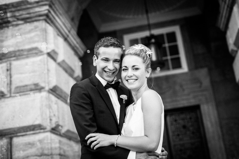 Das Brautpaar strahlt in die Kamera des Hochzeitsfotografen NRW