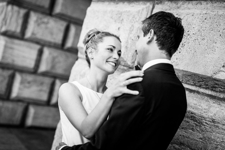 Das Brautpaar in Mülheim strahlt sich an während der Hochzeitsfotigraf Mülheim sie fotografiertr