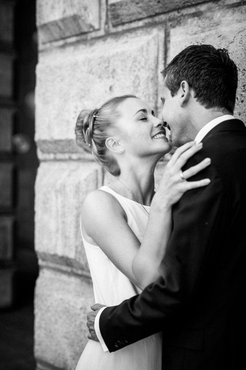 Das Brautpaar küsst sich nach der standesamtlichen Trauung in NRW