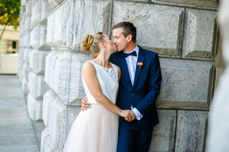 das Brautpaar küsst sich nach der standesamtlichen Trauung in Mülheim an der Ruhr