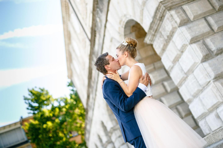 das Brautpaar küsst sich nach der standesamtlichen Trauung in Mülheim